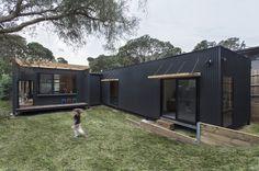 Sustainable prefab beach house in Blairgowrie by Archiblox   Designhunter - architecture & design blog