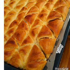 En güzel mutfak paylaşımları için kanalımıza abone olunuz. http://www.kadinika.com @mutfakask_  #lezzetlitarifler  cokkkkk güzel bir çıtır çıtır börek oldu. .  Tarifi  850. gr un 500.gr ılık süt  1.tn maya  2.tk şeker  1.tk tuz  100.gr siviyagi  Arasina. Surmek için siviyagi  Arasina    Ben patates kullandim bosda olur Karabiber. Tuz toz kırmızı biber  Üzerine  1.tn yumurta  Yoğurt  Hazırlanışı     Bütün magzemeyi karistiriyorum güzelce yumuruyorum kulak memesi yumusakliginda olucak hamuru…
