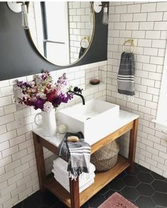 Verwenden Sie die U-Bahn-Fliese im Badezimmer salle de bain deco carrelage métro blanc gris foncé, Bad Inspiration, Bathroom Inspiration, Modern Bathroom, Small Bathroom, Tiled Bathrooms, Luxury Bathrooms, Bathroom Ideas, Bathroom Renovations, Bathroom Faucets