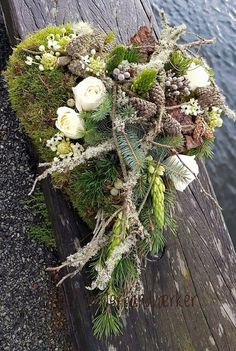 grabbepflanzung herbst Good Pics Funeral Flowers art Style Whether or not that you are arranging or even attending, funerals will almost always be any somber and sometim. Flowers For You, Types Of Flowers, Summer Flowers, Grave Decorations, Winter Plants, Artificial Silk Flowers, Hanging Flowers, Funeral Flowers, Arte Floral