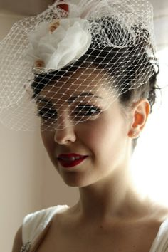 tocado de novia del post Un vestido de novia años 50 para una novia muy especial