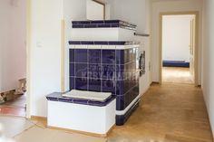 Kachlová kamna s přikládáním z chodby a pecí nejen na chleba s topnou stěnou do ložnice.