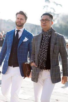 ブルー地のチェックジャケットに白パンツを合わせた着こなし