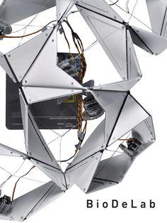 La primera investigación, biodelab, se centra en el estudio de la auto-organización en la materia. Entendiendo la auto-organización como el proceso dinámico y adaptativo a través del cual los sistemas logran mantener su estructura sin control externo. El estudio de estos procesos de auto-organización de los sistemas materiales tiene por objetivo lograr la optimización de las formas y su capacidad de rendimiento.  La investigación está descrita a través de un acercamiento teórico, mediante…