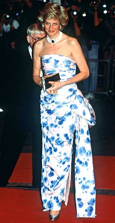 Princess Diana's Most Iconic Style Moments 1991 For the Canadian premiere of Crocodile Dundee II, she chose a floral-print, ruched dress by Catherine Walker.<br> Including the dress she wore to dance with John Travolta. Princess Diana Fashion, Princess Diana Family, Princes Diana, Royal Princess, Princess Of Wales, Princess Style, Ruched Dress, Strapless Dress Formal, God Save The Queen