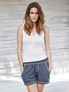 Moderne Shirts und lässige Loungewear-Hosen für Damen aus feinsten Materialien von Mey Bodywear. Für den perfekten Sommer-Look!