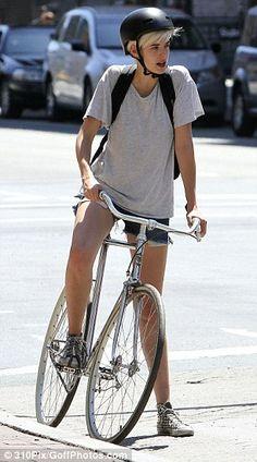 Model Agyness Deyn on her bicycle, lookin HOT