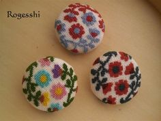 Rogesshi くるみボタン Cross Stitch Designs, Cross Stitch Patterns, Needle Minders, Cross Stitching, Badge, Crochet Earrings, Textiles, Embroidery, Sewing