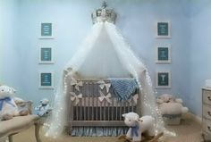 Himmel für Babybett wie eine Krone an der Wand
