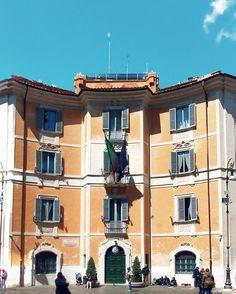 Riassunto del #25aprile2016: - sguardi minacciosi delle forze armate al #colosseo; - amatriciana da paura!!!  (Cantina & Cucina); - #facciateromane come quella sopra; - GENTE TANTA GENTE TROPPA GENTE   E voi cosa avete fatto oggi? #exploring #rome #roma #italia365