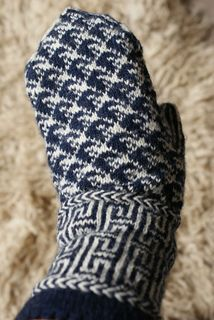 Ravelry: Yumiko pattern by Natascha Reim free Knitted Mittens Pattern, Crochet Mittens, Knitted Gloves, Knitting Socks, Knit Crochet, Knitting Patterns, Wrist Warmers, Knitting Accessories, Free Pattern