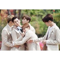 Poor Dadjin, when your kids just want to love you lmao. #KNK #Youjin
