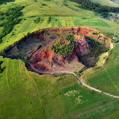 Vulcanul stins de la Racoș, județul Brașov 🌋 La Racoș au avut loc cele mai recente activități vulcanice de pe teritoriul țării noastre.… Mai, Romania, Golf Courses, Environment, Natural, Travel, Eastern Europe, Viajes, Destinations