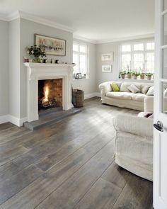 Diele im Wohnzimmer, Wohnzimmer Weiß Grau, zwei Sofas, Blumentöpfe