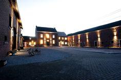 De grote vakantiewoning kan groepen tot 22 personen herbergen. Het familiedomein Clermontshof, met actief melkveebedrijf, is ideaal gelegen om wandel- en fietsroutes te starten. Gezinsvakantie.