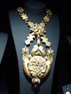 Gold bodice ornament, possibly custodia - Museu do Traje - Câmara Municipal de Viana do Castelo