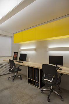 Iluminação de escritório todo com luz indireta (Escritorio de arquitetura em Ipanema, rio de Janeiro Cimento queimado + tecnocimento + compensado + laca amarela + iluminação Lumini)