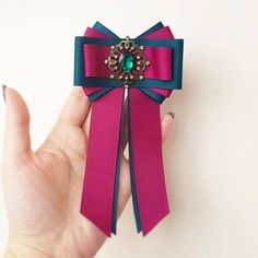 Handmade brooch is advantageous to accentuate your wardrobe. Diy Ribbon, Ribbon Crafts, Ribbon Bows, Ribbons, Gucci Fashion, Diy Fashion, Women Bow Tie, Ribbon Jewelry, Headband Tutorial