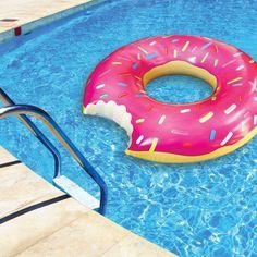 Grote donut zwemband 122 cm. Roze donut zwemband van stevig vinyl. De zwemband heeft een diameter van 122 cm wanneer deze opgeblazen is. Inclusief reparatiekit. De donut is helaas niet eetbaar.