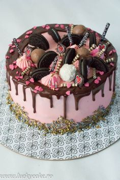 Tort Oreo Dream. Pentru a echilibra dulceata acestora am ales un mousse de fructe de padure, foarte aromat si cu un gust dulce -acrisor . Food Cakes, Cupcake Cakes, Cake Decorating For Beginners, Cake Decorating Techniques, Love Chocolate, Chocolate Desserts, Lucky Cake, Oreo, Valentine Cake