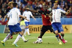 Belgium's forward Romelu Lukaku (2nd R) is challenged by Italy's defender Giorgio Chiellini (R) during the Euro 2016 group E football match between Belgium and Italy at the Parc Olympique Lyonnais stadium in Lyon on June 13, 2016. / AFP / PHILIPPE DESMAZES