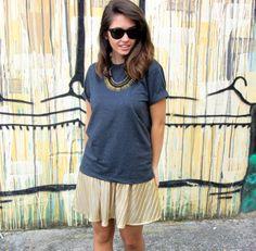 OutfitGolden pleated skirt with gray shirt mix and wayfarer sunglasses #ootd  - Look com saia dourada plissada, camiseta cinza mescla e óculos modelo wayfarer #fashionblogger