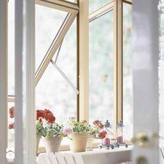 Słońce, biel, delikatne ozdoby i kwiaty na parapecie... Cudnie! <3 http://www.homebook.pl/inspiracje/113415_szczegoly We wnętrzu wykorzystano Okna Skandynawskie Drewniano-Aluminiowe COMBI ALU+. http://sokolka.com.pl/okna-skandynawskie-combi-alu-plus.html #Sokółka #OknaDrewniane