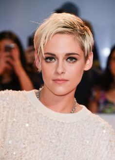 Kristen Stewart attended the 2018 Toronto International Film Festival wearing her hair in a platinum blonde pixie cut. See an up-close picture of her new hairstyle here. Platinum Blonde Pixie, Short Blonde Pixie, Short Blonde Haircuts, Platinum Blonde Highlights, Pixie Cut With Bangs, Blonde Pixie Cuts, Kristen Stewart Short Hair, Kristen Stewart Shaved Head, Festival Hair