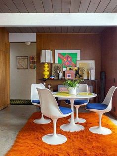 The story behind the Eero Saarinen Tulip chair. One of the most celebrated mid century modern piece of furniture. Retro Interior Design, 70s Home Decor, 1970s Decor, Boho Home, Interior Exterior, Estilo Retro, Dining Room Design, Interiores Design, Interior Inspiration