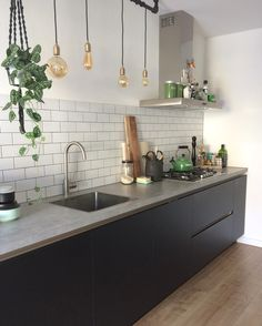 Lovely kitchen with plants for warmth. Vedi la foto di Instagram di @gunsight •…
