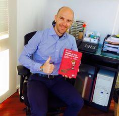 """Sergi Mingote, alcalde de Parets del Vallés (Barcelona), posa orgulloso con un ejemplar del libro """"Vuelve el listo que todo lo sabe"""" de Alfred López  http://latiendadeleemelibros.bigcartel.com/product/vuelve-el-listo-que-todo-lo-sabe"""