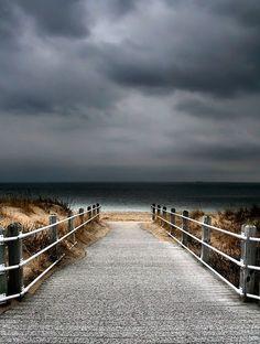 Cette photographie de paysage marin dart dun trottoir de bois menant à la mer un jour de tempête fera une belle Tenture murale pour votre
