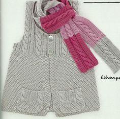 Abrigo sin mangas y con bufanda de diseñador.