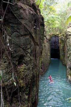 Toma un chaleco, y explora los ríos subterráneos de Xcaret.