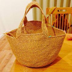 ダイソーさんでまたペーパーヤーンを爆買いしてきました。 これでまたバッグを編んでみました。 前に作ったペーパーヤーンと手拭いの巾着で書いたとおり、滑りが悪くて思うように目が揃わなくて奮闘しました。 今回は1本どり、かぎ針は7号使用しています。 そして立ち上がりがない... Knit Basket, Basket Bag, Crochet Clutch, Knit Crochet, Knitted Bags, Clutch Purse, Woven Fabric, Straw Bag, Tote Bag