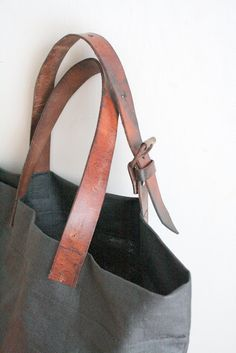 Recycle your belts to make bag handles - Christelle LEFEBVRE - - Recyclez vos ceintures pour en faire des anses de sac Recycle belts in bag handles via Petit Citron - Diy Purse, Tote Purse, Dou Dou, Diy Accessoires, Couture Sewing, Fitness Gifts, Leather Projects, Leather Belts, Mode Inspiration