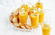 Kylmä porkkana-melonikeitto/Cold melon and carrot soup, Kotiliesi. Carrot Soup, Gazpacho, Mozzarella, Panna Cotta, Carrots, Curry, Brunch, Cold, Ethnic Recipes