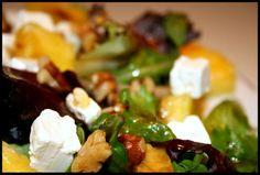 ENSALADA DE PIÑA Y FETA: Variado de hojas de lechuga, Piña, Queso Feta, Nueces. (Aderezo: Aceite, Vinagre Balsámico, Miel, Sal)