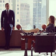 In Suits, one of Manhattan's top corporate lawyers (Gabriel Macht) sets out to recruit a new hotshot associate and hires the only guy that impresses him, a Serie Suits, Suits Tv Series, Series Movies, Movies And Tv Shows, Suits Show, Suits Tv Shows, Donna Harvey, Donna Suits, Suits Quotes