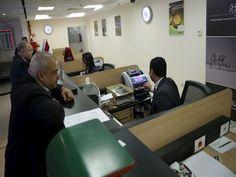 الرابحون والخاسرون من قرار المركزي بخفض أسعار الفائدة       كتب- مصطفى عيد: خفض البنك المركزي الخميس الماضي أسعار الفائدة على الإيداع والإقراض بنسبة 1% للمرة الثانية في أقل من شهرين لتسجل 16.75% و17.75% على التوالي. ولخفض الفائدة  كأي قرار اقتصادي  إيجابيات لدى بعض الأطراف المعنية بالقرار وأيضا سلبيات لبعض الأطراف الأخرى. مصراوي يرصد أبرز الرابحين والخاسرين من قرار البنك المركزي بخفض أسعار الفائدة. الرابحون 1  المقترضون وخاصة المستثمرين: يؤدي قرار المركزي بخفض الفائدة إلى تراجع أسعار الفائدة…