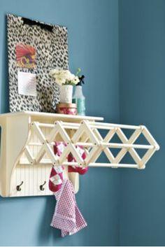 Ahorra espacio con rejillas de secado en tu lavandería que desaparecen en la pared después de usarse. | 33 mejoras increíblemente ingeniosas que le puedes hacer a tu casa