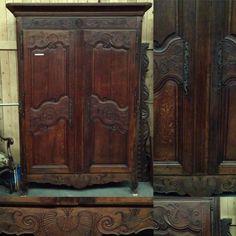 armoire en chêne massif , finement sculptées porte à panneaux . XVIII siècle .