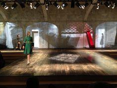 Suvi Koponen en robe verte parée de fourrure aux manches sur le podium du défilé #Prada #MFW