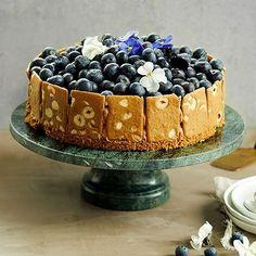 Juhlava mustikkajuustokakku viimeistellään Fazerin premium-kekseillä. Kakku sopii erinomaisesti vaikka itsenäisyyspäivän juhlapöytään.