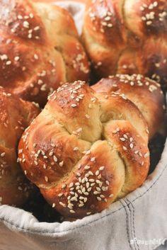El pan de challahestá hecho sin mantequilla ni leche, siguiendo la ley judía, que no permite mezclar productos cárnicos y lácteos en la misma comida. Los ingredientes principales son miel y huevos, consiguiendo una miga parecida al brioche. La forma … Sigue leyendo →