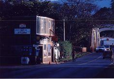 昔からあるStore.ハレイワの近くで。photo by Hideaki Sato.