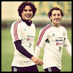 Memo Ochoa y Andres Guardado I love their curly hair! Team Player, Soccer Players, Mexico National Team, Mexico Soccer, Soccer Stars, Perfect Boy, Famous Men, Celebs, Celebrities