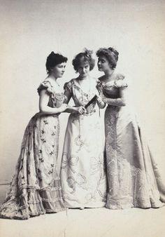 vintagechampagnefever:  Young, fashionable Edwardian ladies