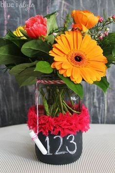 ADORABLE gift for Teacher Appreciation Week, the end of the school year, or back to school! These chalkboard mason jar vases are an easy handmade teacher appreciation gift. Fill the jars with anything from flowers to candy, or classroom supplies to gift cards.