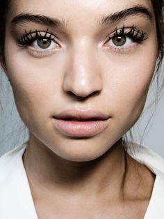 Ja, es gibt sie wirklich: eine Mascara, die JEDEM schöne voluminöse, dichte
